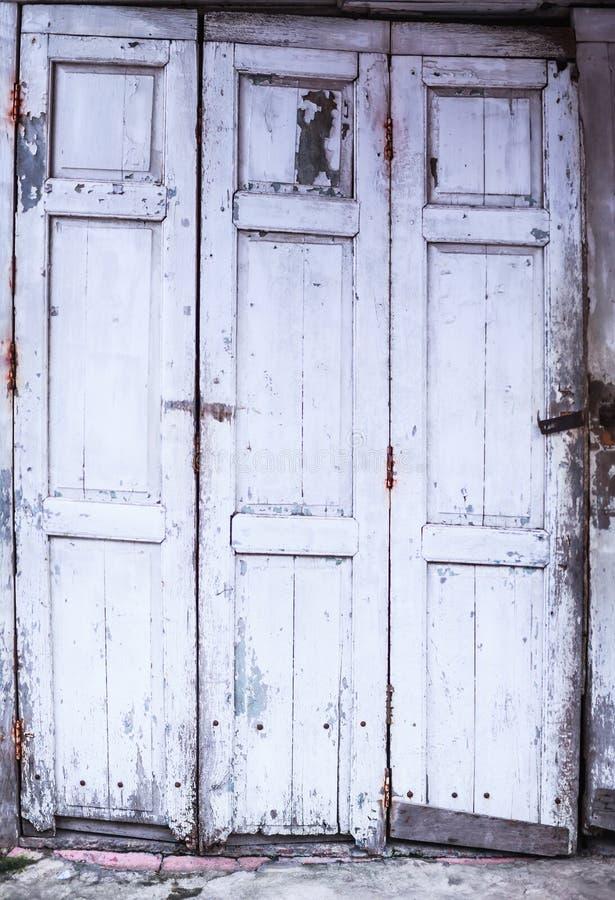 Designen för den retro hemmiljön för tappning bleknade den arkitektoniska, vanligt åldrats gammalt det vita kulöra målade red ut  royaltyfria foton