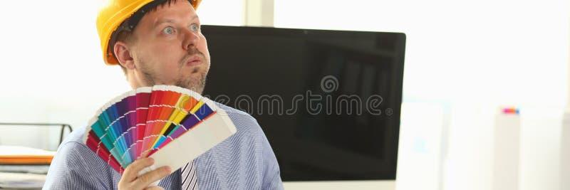 Designer Adulto Dreamy segurando a paleta de cores de tinta fotos de stock royalty free