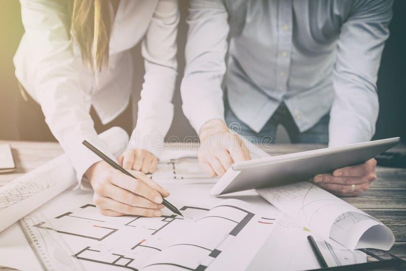 Designer besprechen die Skizzen innerhalb des Hauses stockbild