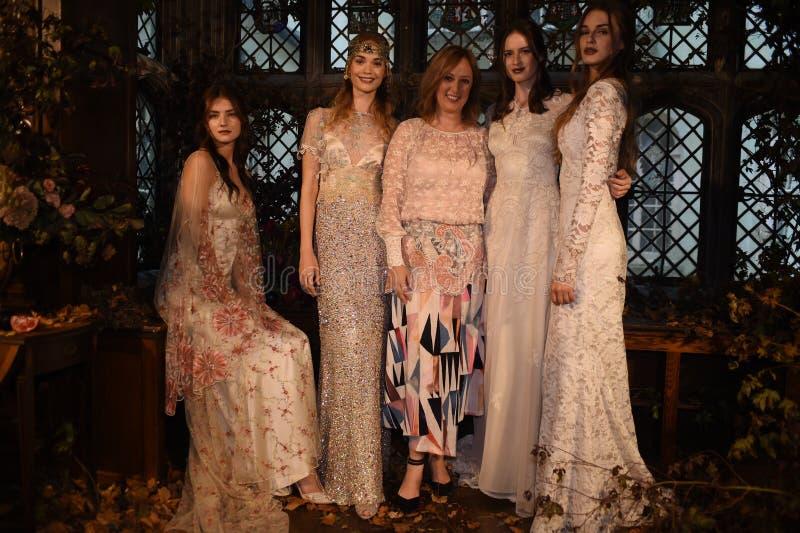 Designer Claire Pettibone und Modelle, die während des Claire Pettibone Four Seasons Collections-Schaukastens aufwerfen stockfotos