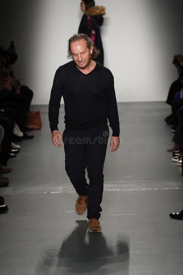 Designer-Custo Dalmau-Wege die Rollbahn an Modeschau Custo Barcelona stockbild