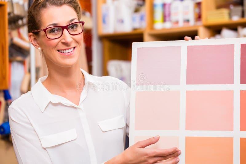 Designer de interiores com o cartão da amostra da pintura foto de stock royalty free