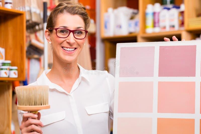 Designer de interiores com o cartão da amostra da pintura fotos de stock