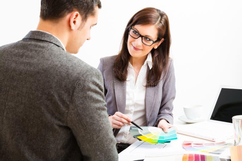 Designer de interiores fêmea With Client imagens de stock royalty free