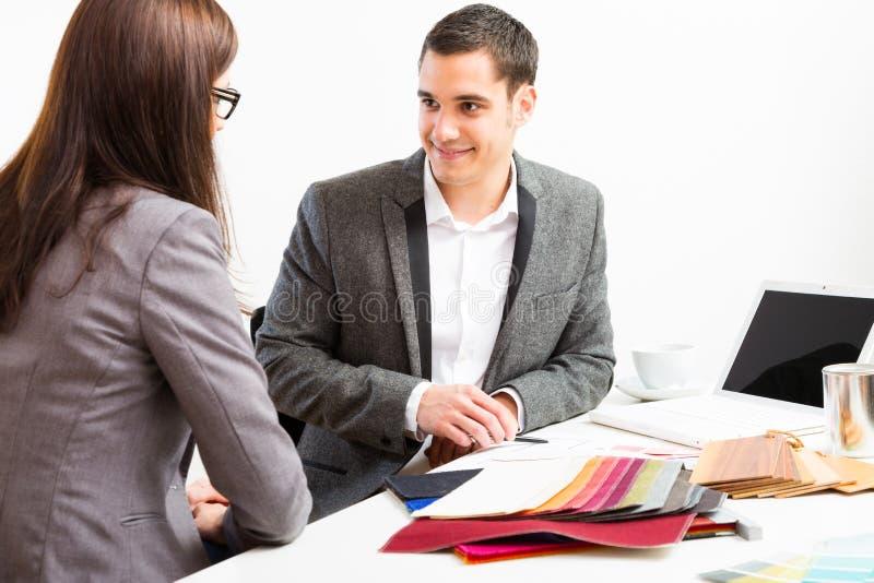 Designer de interiores masculino With Client imagens de stock