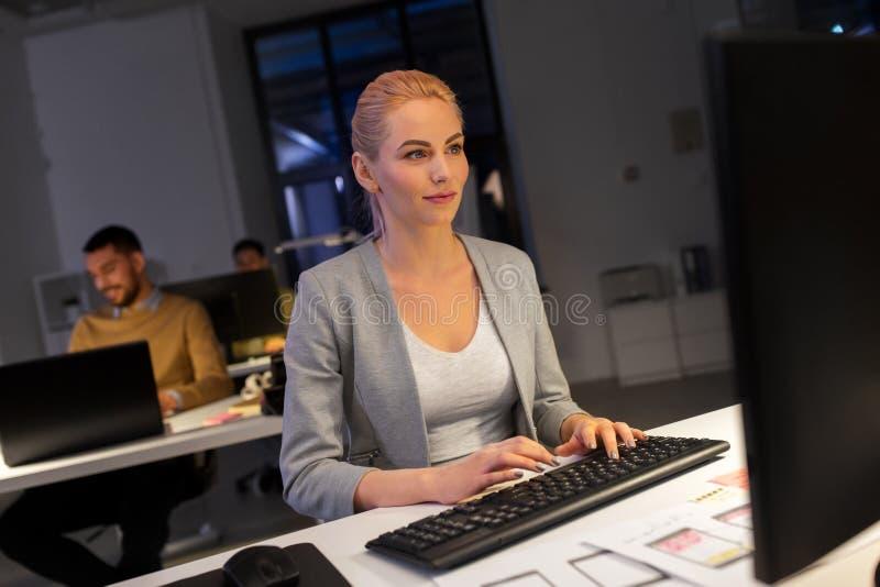 Designer, der an Computer im Nachtbüro arbeitet stockfoto
