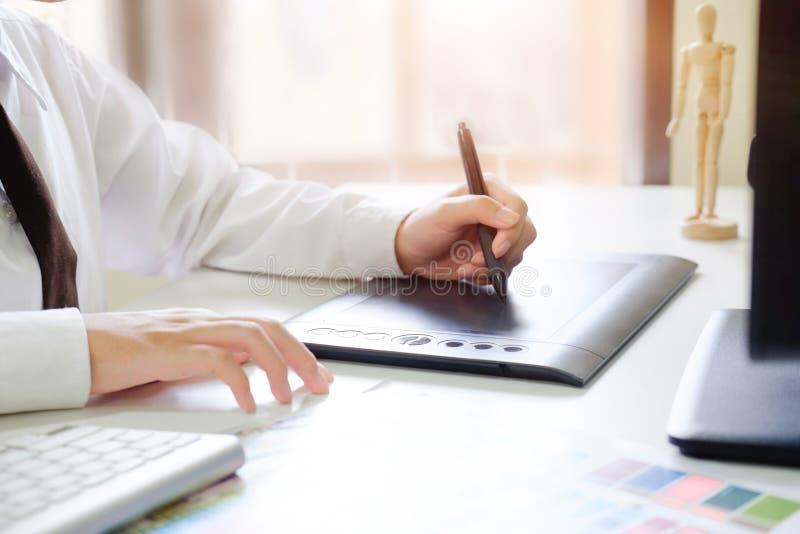 Designer gráfico criativo que trabalha com tabuleta e a pena digitais imagens de stock royalty free
