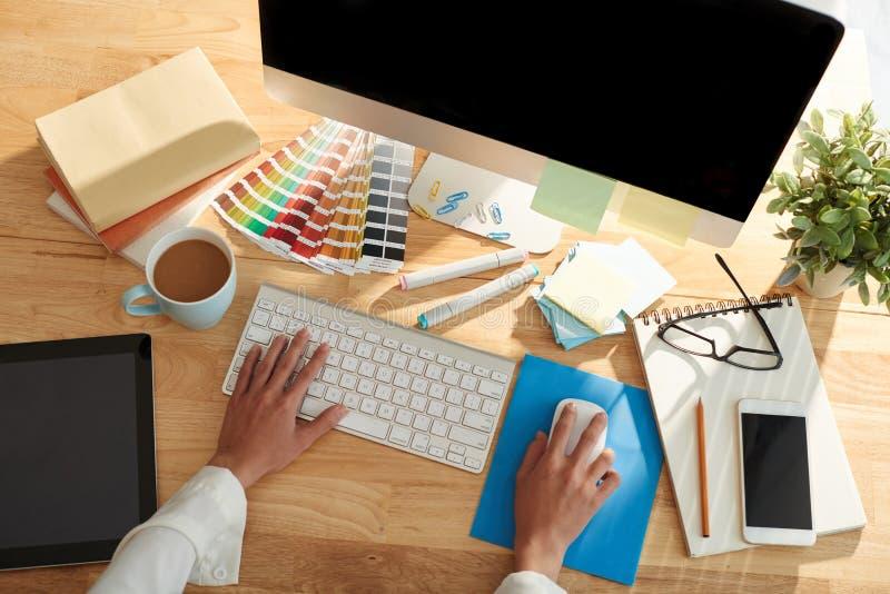 Designer gráfico no trabalho foto de stock royalty free