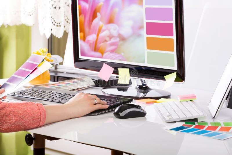 Designer gráfico no trabalho. Amostras da cor.