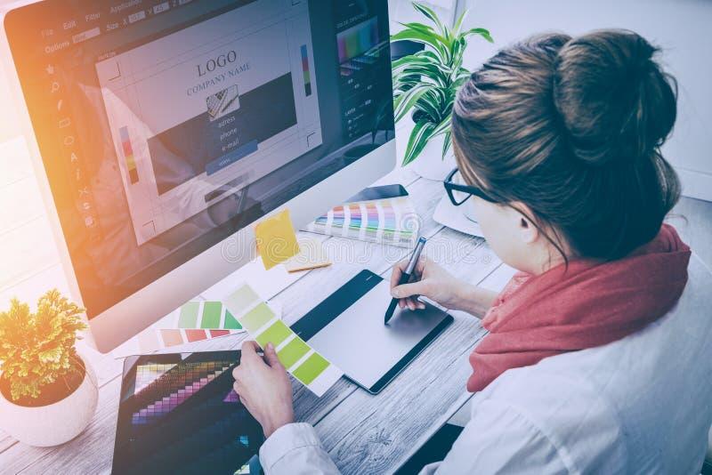 Designer gráfico no trabalho Amostras da cor imagens de stock royalty free