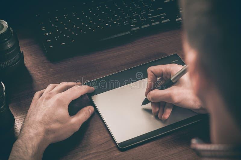 Designer gráfico que trabalha na tabuleta digital foto de stock royalty free
