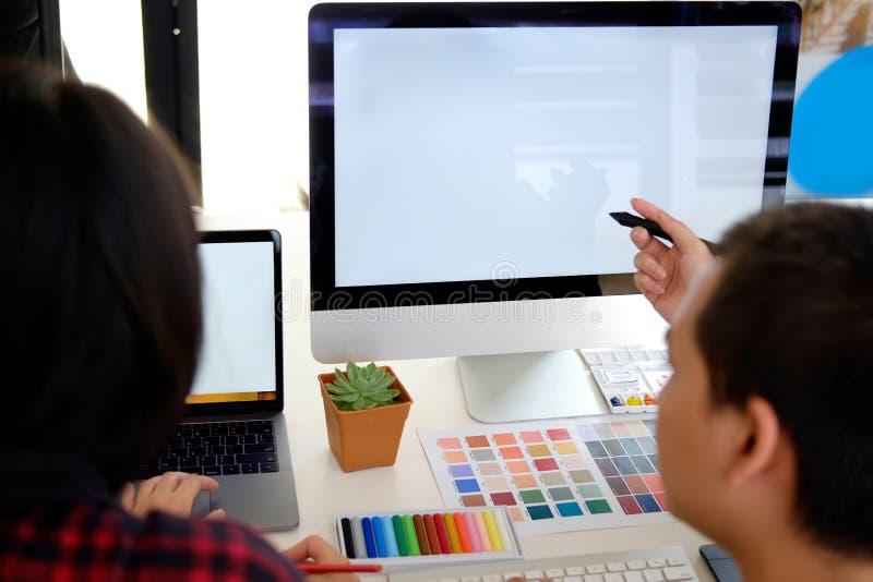 Designer gráfico Working no escritório imagens de stock royalty free