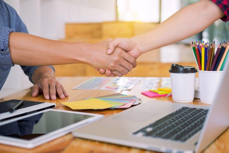 Designer im Büro bearbeiten Diskussions-Plan-Architekten auf einer neuen Teamwork des Projekt Entwurfs-abgehobenen Betrages auf h stockfotos
