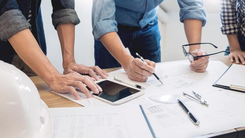 Designer im Büro bearbeiten Diskussions-Plan-Architekten auf einer neuen Teamwork des Projekt Entwurfs-abgehobenen Betrages auf h lizenzfreies stockfoto