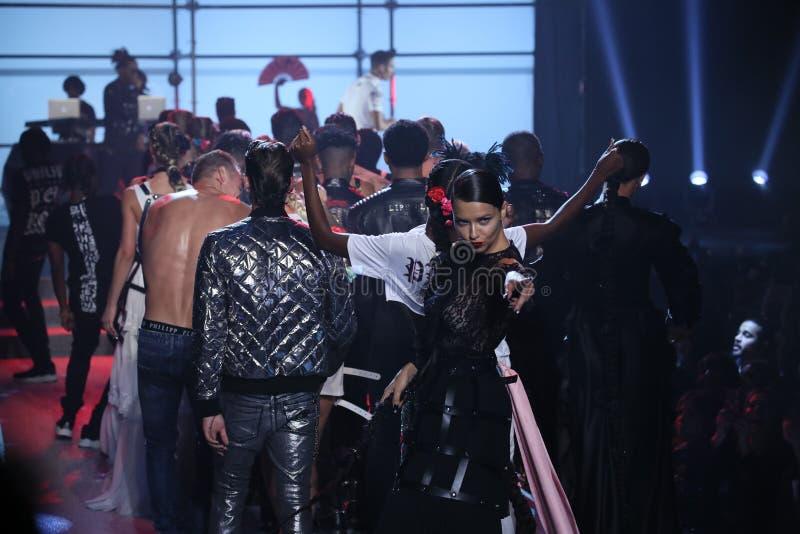 Designer Philipp Plein und Modellweg das Rollbahnfinale an der Philipp Plein-Modeschau lizenzfreie stockfotos