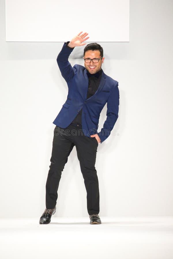 Designer-Walter Mendez-Wege die Rollbahn in einem Walter Mendez-Design an der Art Hearts Fashions-Show während MBFW-Falles 2015 stockbilder