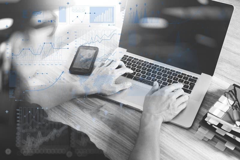 Designerhand, die mit Laptop-Computer auf hölzernem Schreibtisch als Res arbeitet stockfoto