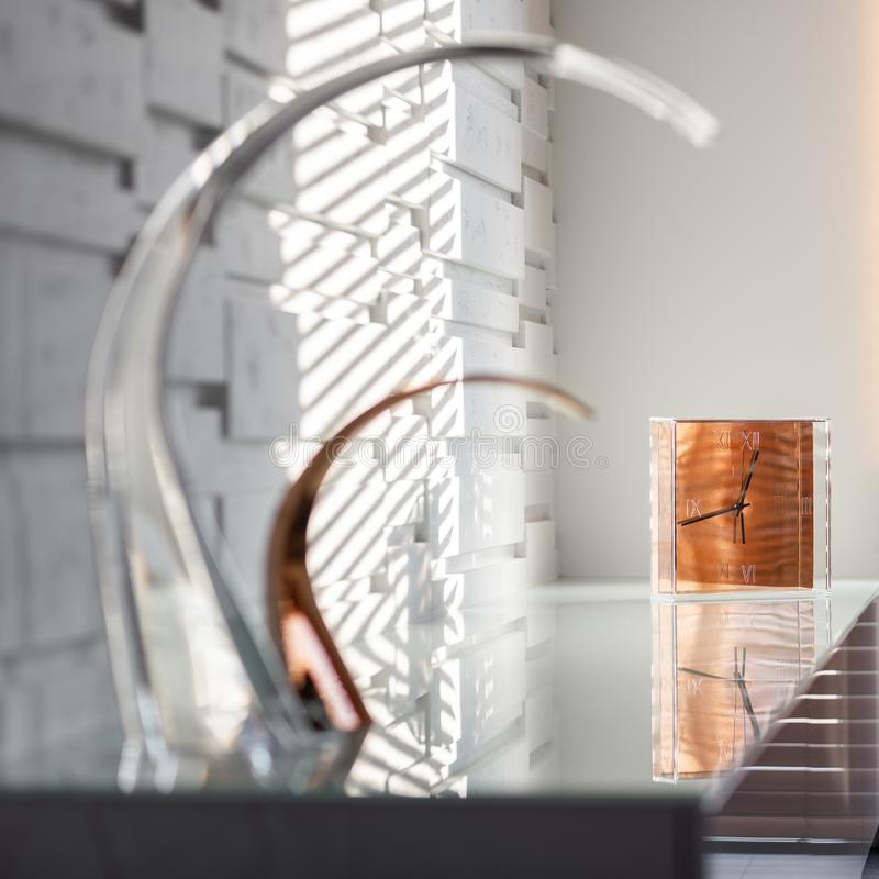 Designerlampen und Golduhr lizenzfreies stockbild