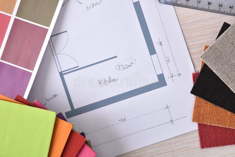 Designerwerktischdetail mit Bauplan auf die Holztischoberseite lizenzfreies stockbild