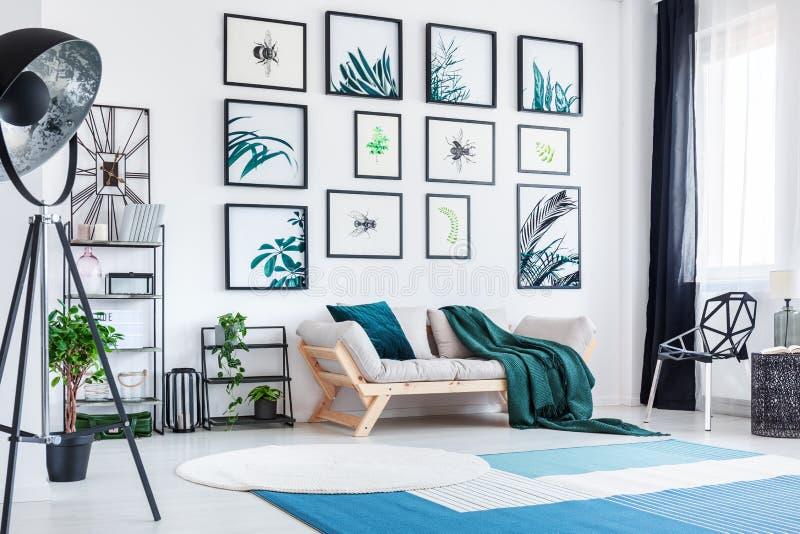 Designerwohnzimmer mit Galerie stockfotos