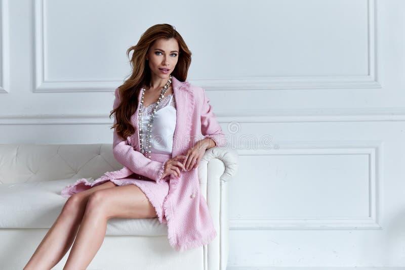Designtendenzkleidungs-Seidenrosa der Schönheitsfrauenmodellabnutzung stilvolles lizenzfreies stockfoto