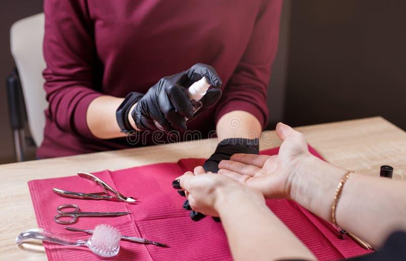 Desinfectie van handen met desinfecterende nevel stock foto's