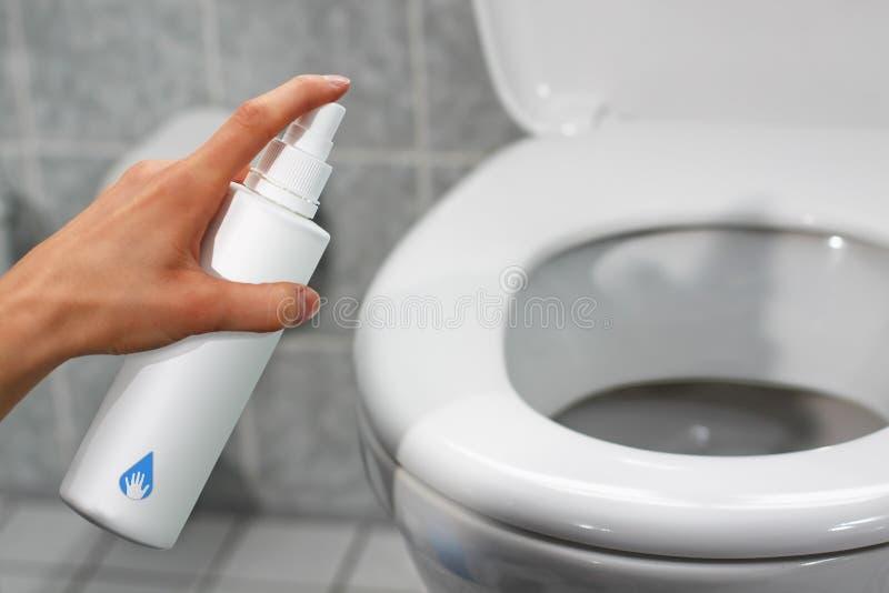 desinficera toaletten fotografering för bildbyråer