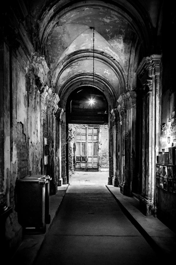 Desintegrando-se, corredor deteriorado da entrada de uma baixa da construção dentro de Budapest, Hungria fotografia de stock royalty free