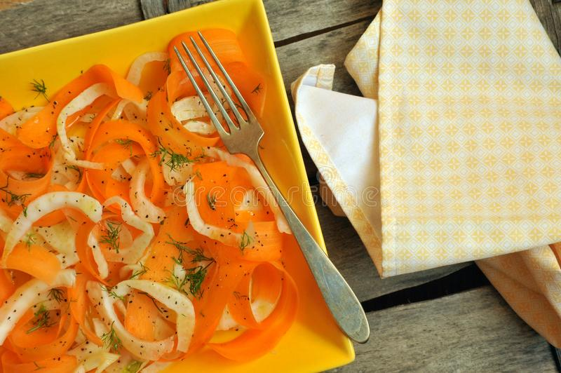 Desintoxicação, alimento alcalino com erva-doce e salada cruas, orgânicas da cenoura fotografia de stock royalty free