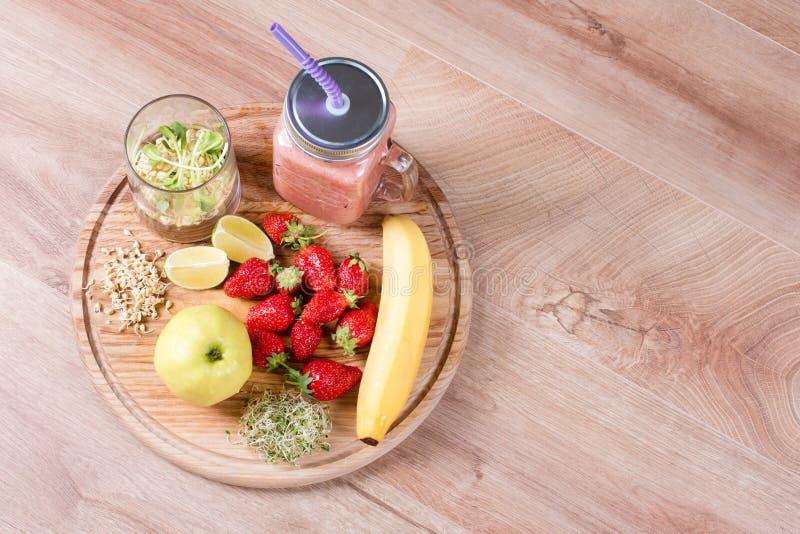 A desintoxicação limpa a bebida, os frutos e os ingredientes do batido das bagas Suco saudável natural, orgânico para a dieta da  fotografia de stock royalty free