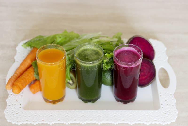 Desintoxicação vegetal dos batidos - cenoura, beterraba e salada verde fotografia de stock