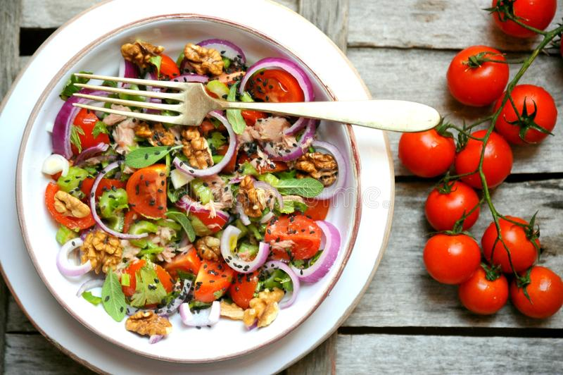 Desintoxicação, vegetariano, salada crua com tomates, cebolas e nozes foto de stock royalty free