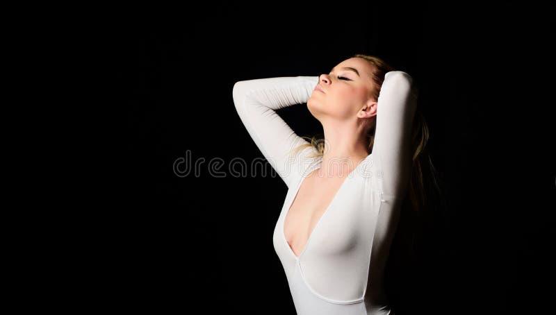 desire Sk?nhet och danar Sexig kvinna i erotisk damunderkl?der kopiera avst?nd Kvinnlig underkl?der konditionbodysuit förälskelse royaltyfri foto