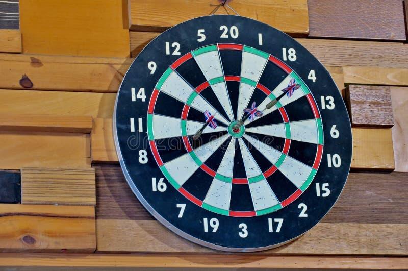 Deska dla bawić się strzałki na drewnianej ścianie zamkniętej w górę zdjęcia stock