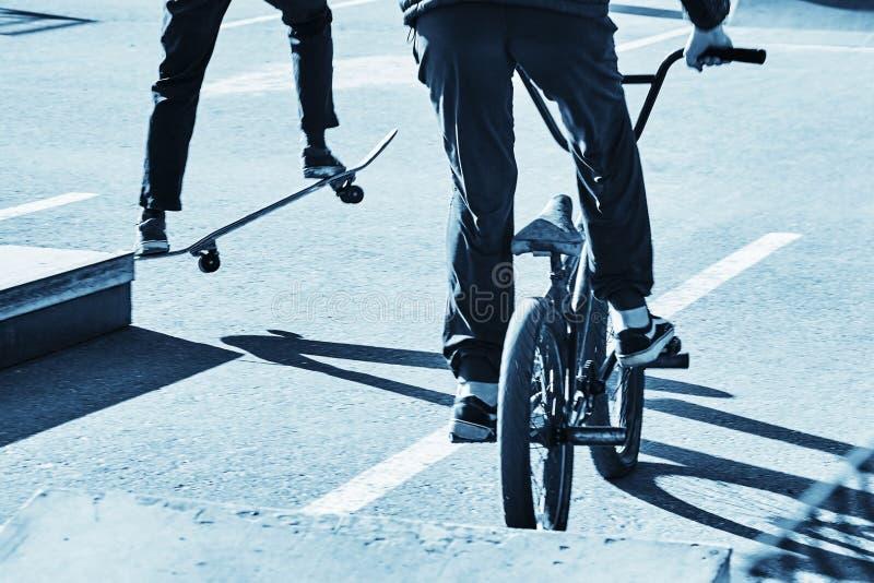 Deskorolkarz i bicycler Błękitny tonowanie obraz royalty free
