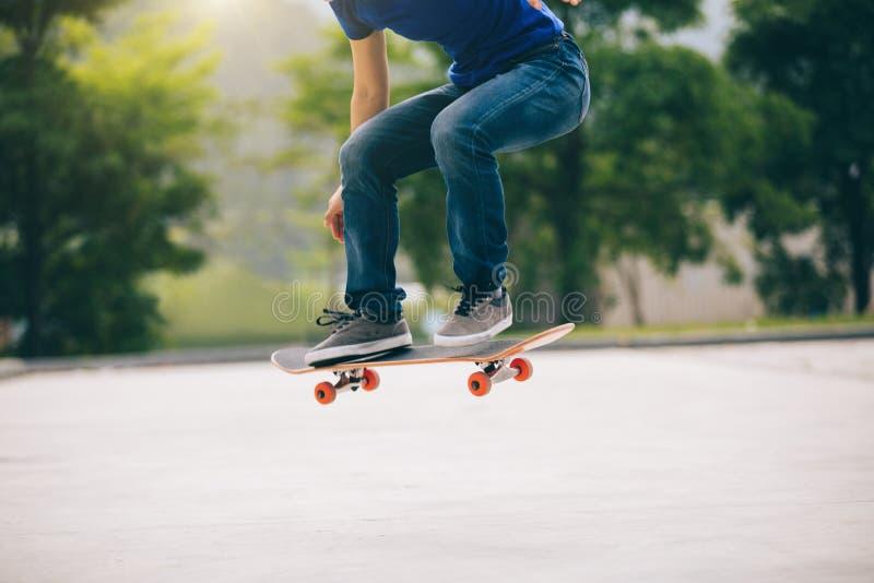 Deskorolkarz jeździć na deskorolce outdoors fotografia stock