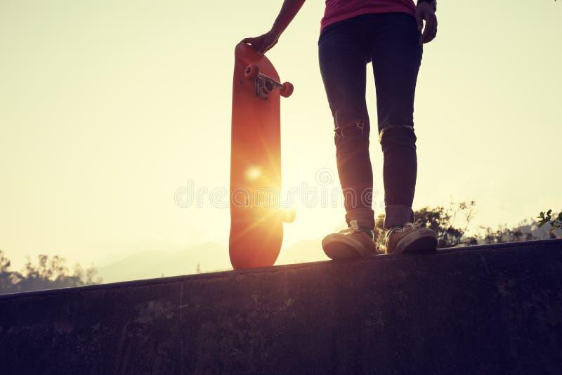 Deskorolkarz jeździć na deskorolce przy skatepark zdjęcie stock