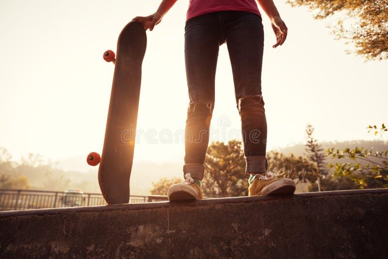 Deskorolkarz jeździć na deskorolce przy skatepark zdjęcia stock