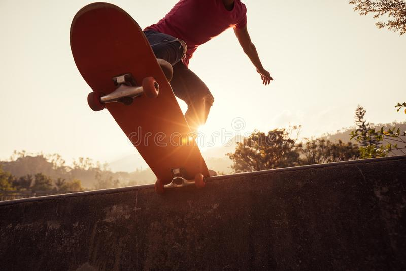 Deskorolkarz jeździć na deskorolce przy skatepark obrazy stock