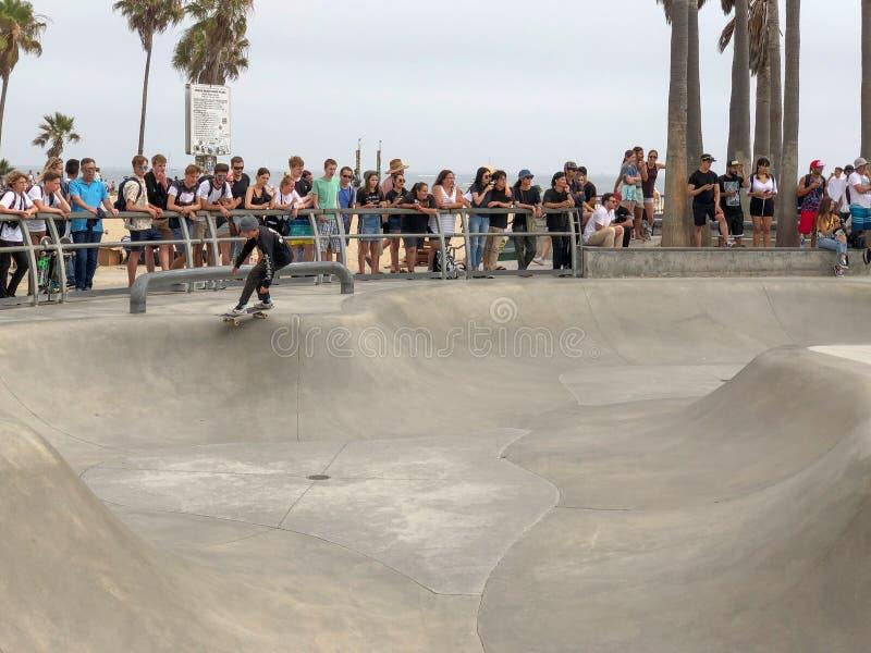 Deskorolkarz przy Venice Beach łyżwy parka basenem zdjęcie stock
