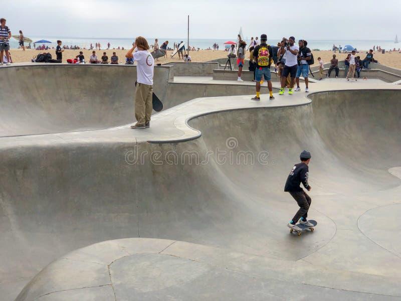 Deskorolkarz przy Venice Beach łyżwy parka basenem fotografia stock