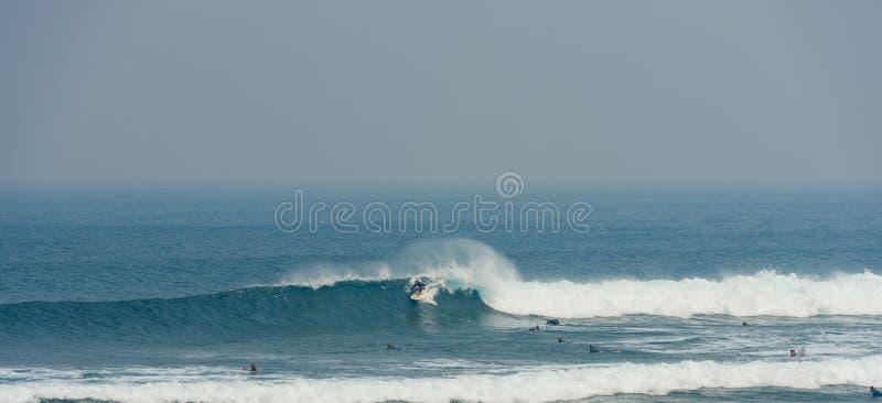 Deskowa surfingowiec jazdy fala z Malibu zdjęcie royalty free