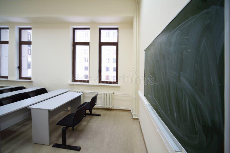 deskowej sala lekcyjnej pusta inside szkoła obrazy stock
