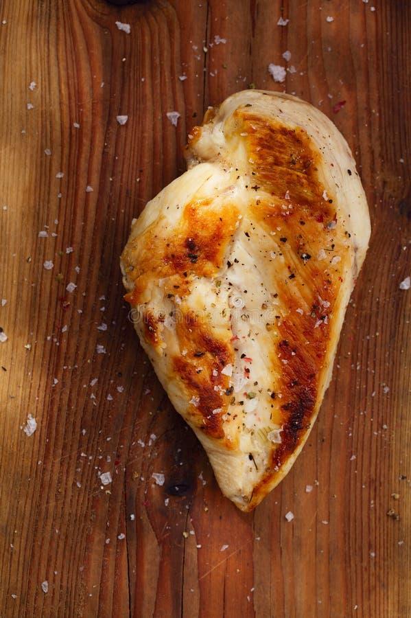 deskowy piersi kurczak piec na grillu kraszony drewniany obrazy stock