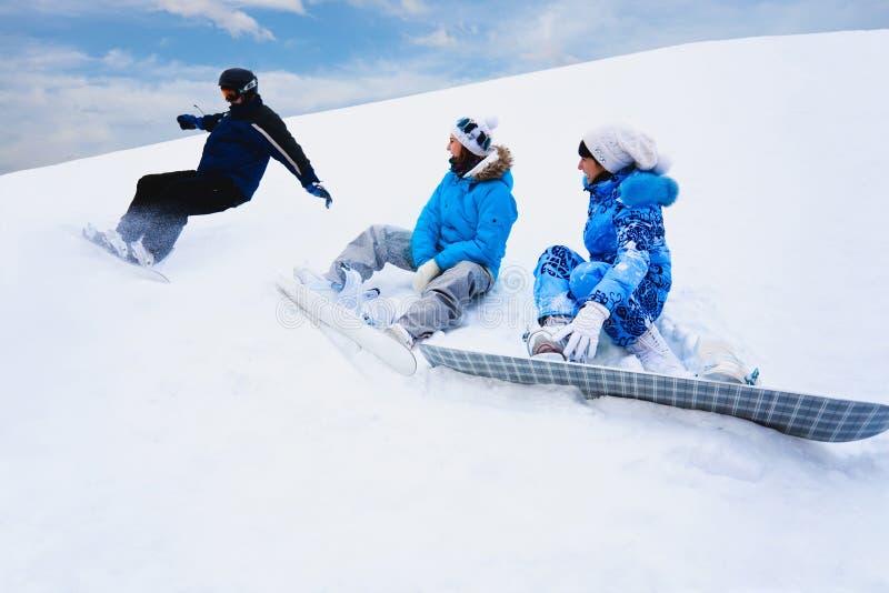 deskowych dziewczyn pobliski śnieg bryzga dwa obrazy stock