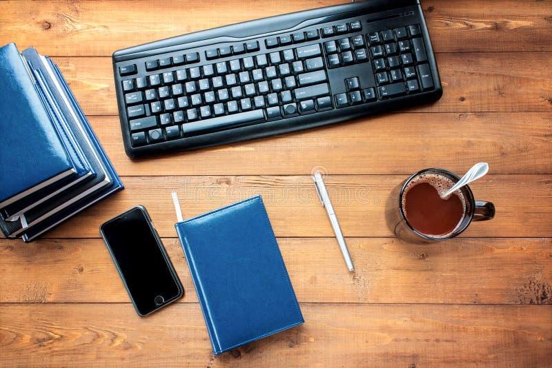 Desktop, bedrijfstoebehoren op een houten achtergrond stock afbeelding