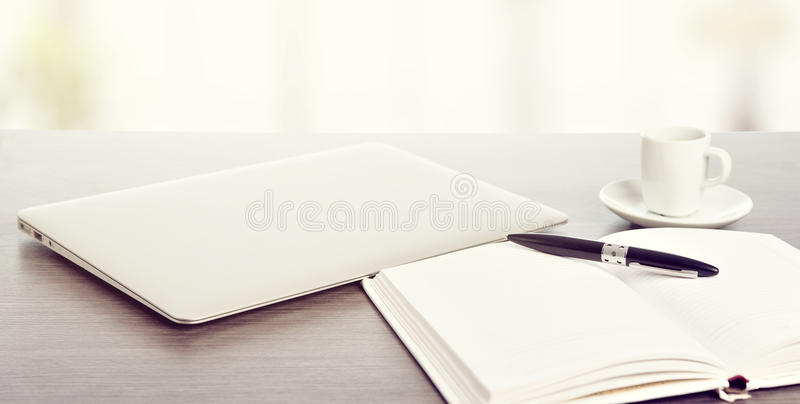 Desktop biuro. Laptop, kawa, notatnik i pióro, obrazy royalty free