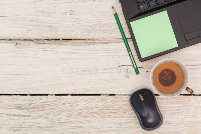Desktop: Computer portatile e tè verde immagine stock libera da diritti