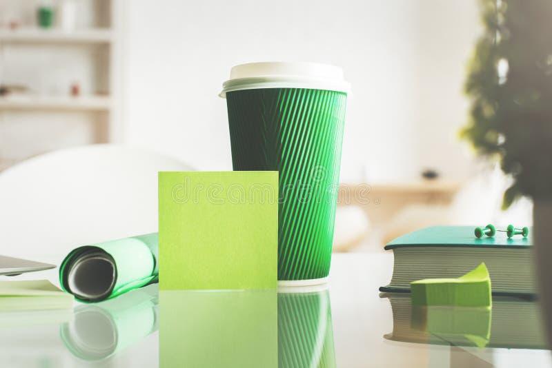Desktop con la tazza e l'autoadesivo di caffè immagine stock