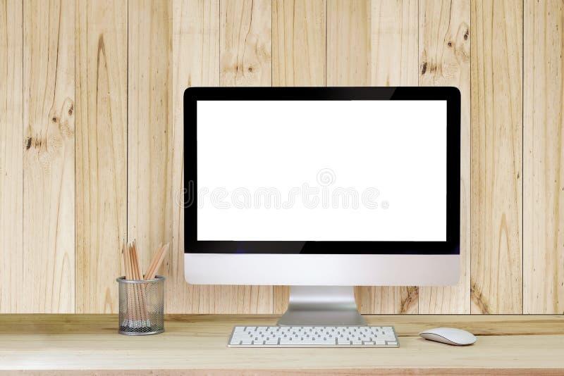 Desktop criativo do moderno com o tela de computador branco vazio, o copo de café e os outros artigos no fundo branco do tijolo foto de stock